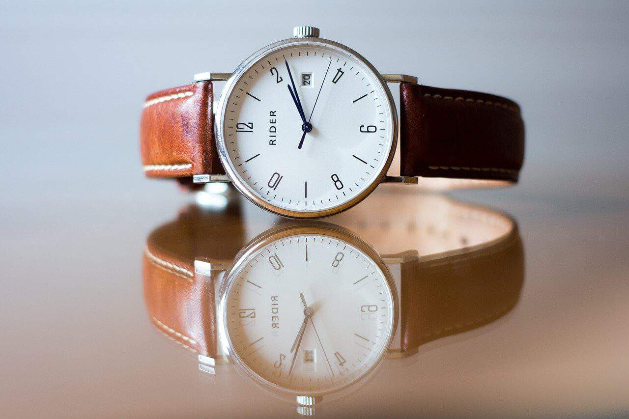How to buy an analog watch for the elderly